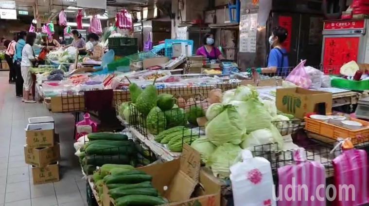 攤商確診有7天擺攤,基隆成功市場中午起關閉大消毒。記者游明煌/ 攝影