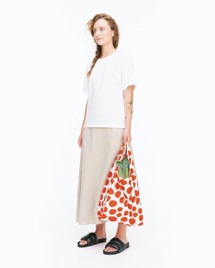 Mansikka印花環保購物袋,1,290元。圖/Marimekko提供