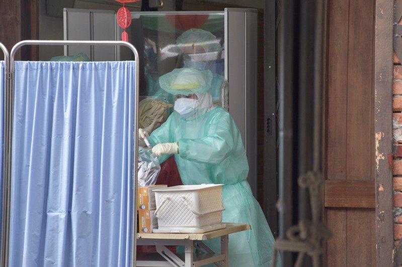 台灣新冠肺炎本土病例爆大量,民眾人人自危,採檢站容納不了的人潮,都湧進醫院急診,醫護忙得不可開交。圖/聯合報系資料照片