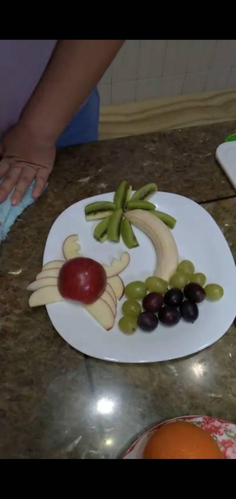 一名高職觀光科教師出了一道「水果擺盤」作業,請學生在家自選三種水果練擺盤,並將影片上傳。圖/盧老師提供
