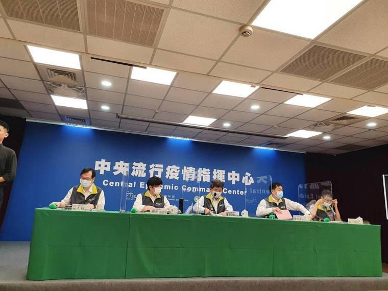 中央流行疫情指揮中心5月20日14:00記者會出席名單,由左到右發言人莊人祥、疫...
