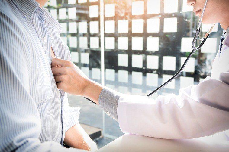 胸腔外科醫師建議,肺部沒有神經,早期肺癌大多無症狀,建議定期篩檢,以早期發現、早...