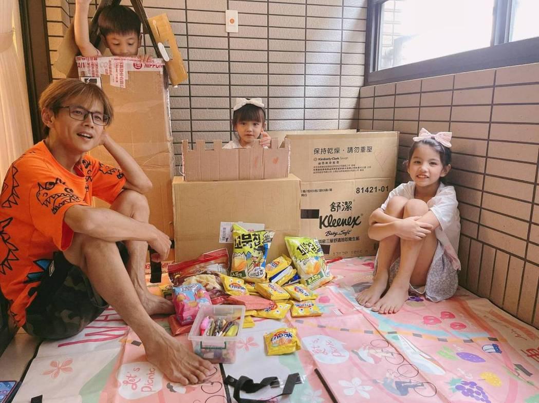 阿翔與小孩在自家陽台偽露營。圖/時代創藝提供
