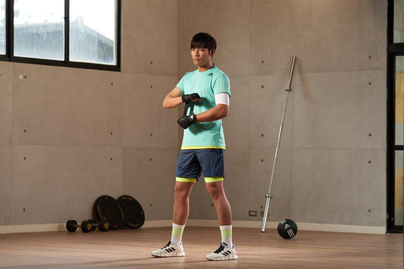 棒球王子王唯中示範adidas HEAT.RDY機能涼感服飾。圖/adidas提供