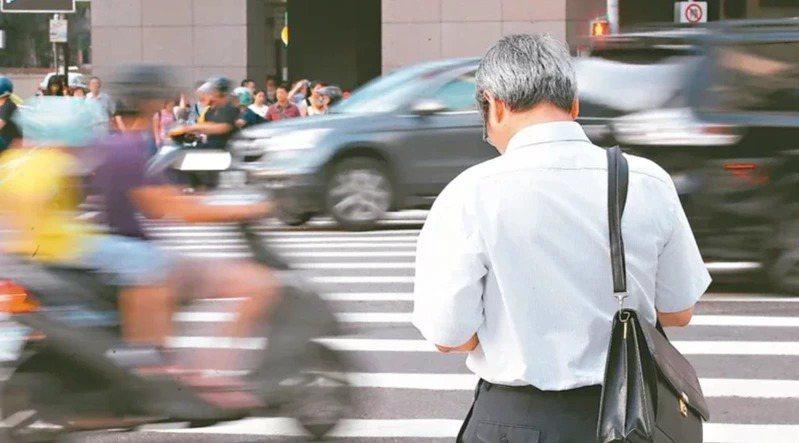 專家建議,退休月領退休金勢必大幅降低,退休後仍是要有效率的規劃退休理財。退休族示...