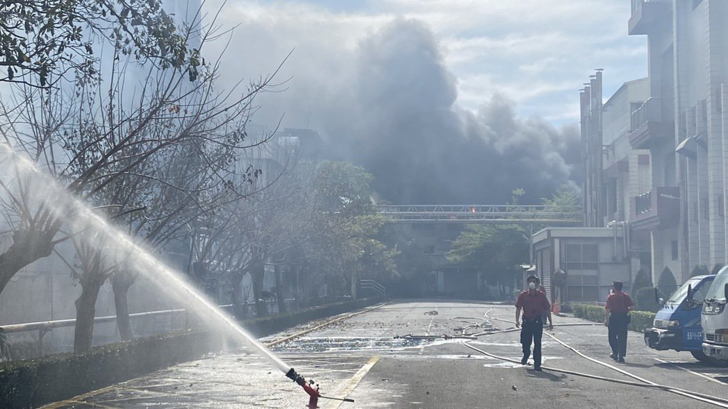 台南生泰合成工業公司大火延燒生達製藥一棟廠房,兩家公司財損分別是2億元及5千萬元...