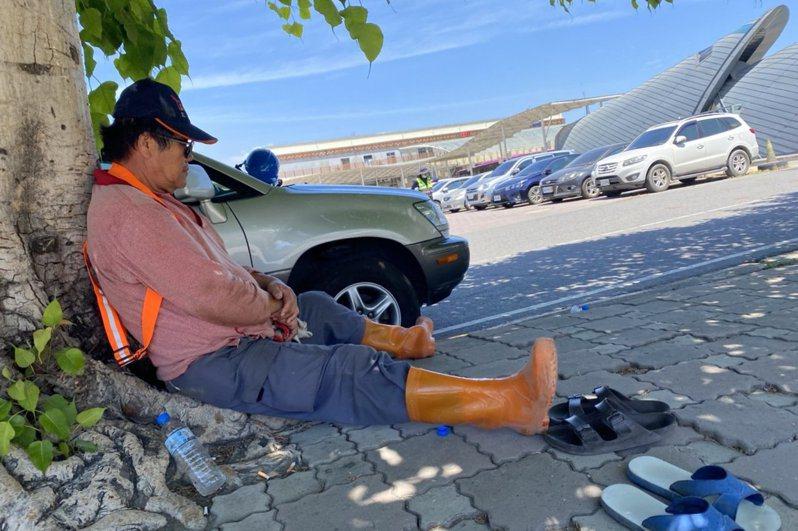 天氣持續高溫炎熱,工人躲在陰涼處休息。圖/本報資料照片