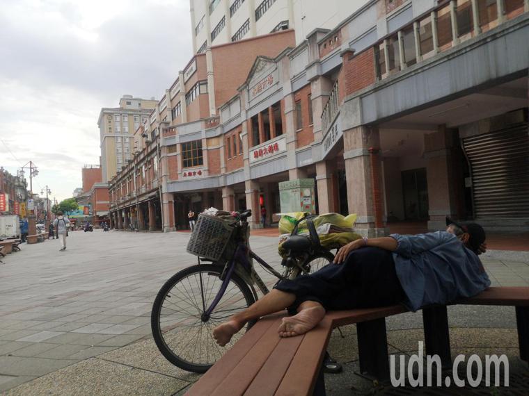 台北市長柯文哲下令,台北市夜市、傳統市場等飲食攤即日全改外帶,不准在現場進食,永...