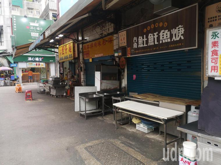 台北市長柯文哲下令,台北市夜市、傳統市場等飲食攤即日全改外帶,永樂市場商圈較以往...