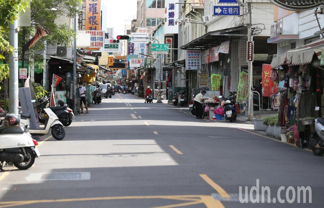 受疫情升溫全國發布三級警戒影響,台南市原本遊客喜愛的國華街小吃街等熱門景點從上周...