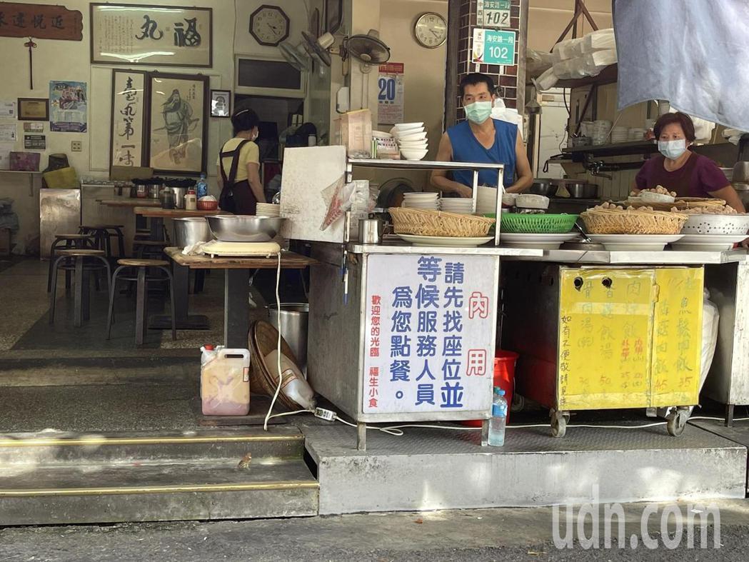 受疫情升溫全國發布三級警戒影響,台南市區內許多排隊美食名店人潮大減,店員只能在攤...