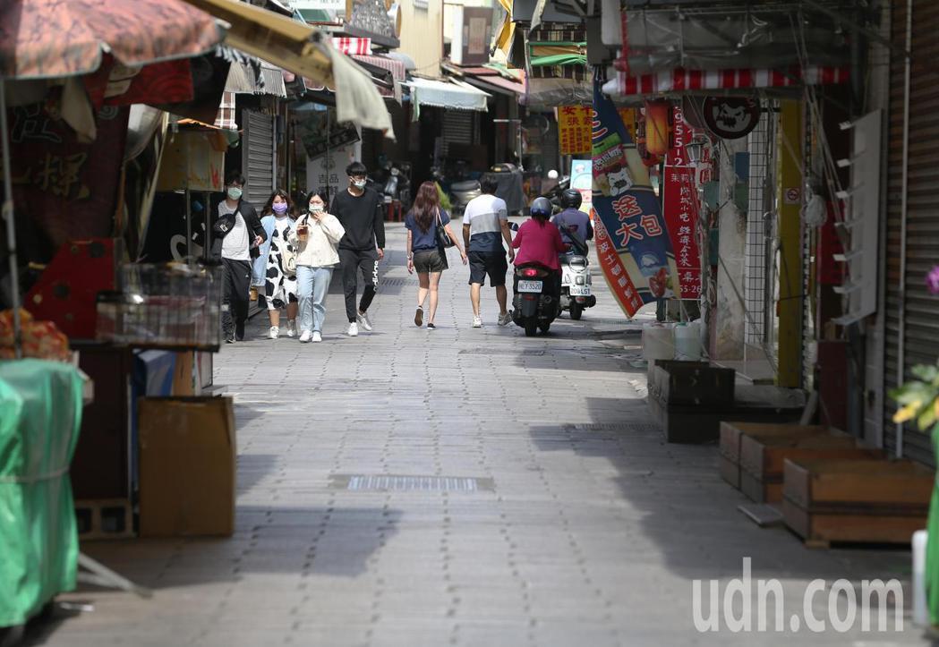 受疫情升溫全國發布三級警戒影響,台南市原本遊客喜愛的安平老街等熱門景點從上周六以...