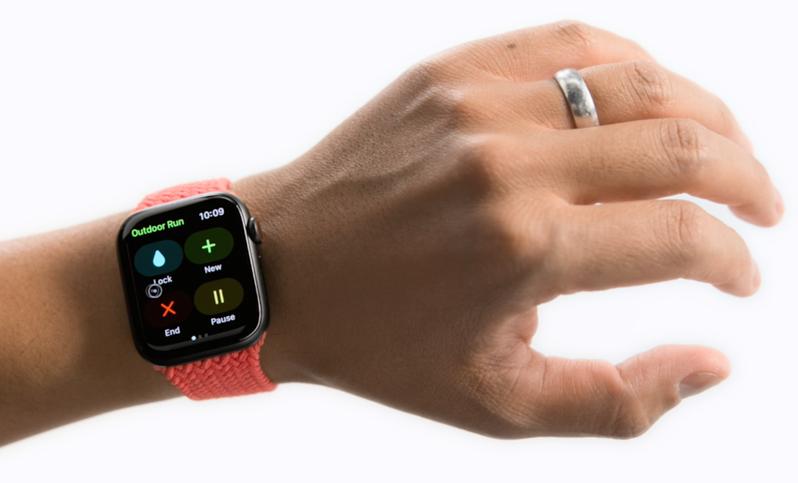 Apple Watch的輔助觸控,讓上肢不便的使用者無須觸摸螢幕或控制鈕,即可享受Apple Watch帶來的方便。圖/蘋果提供