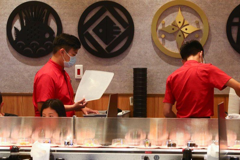 學者指出,台灣1997年金融風暴前後開始資本外移、西進,失去工作機會的青年因而投入服務業,造成低薪。圖為服務業示意圖。圖/聯合報系資料照片