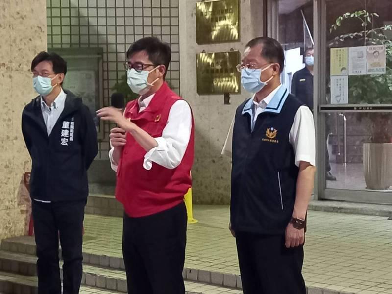 高雄市長陳其邁今晚7點多到三民二警分局慰勞有功警察。記者邱奕能/攝影