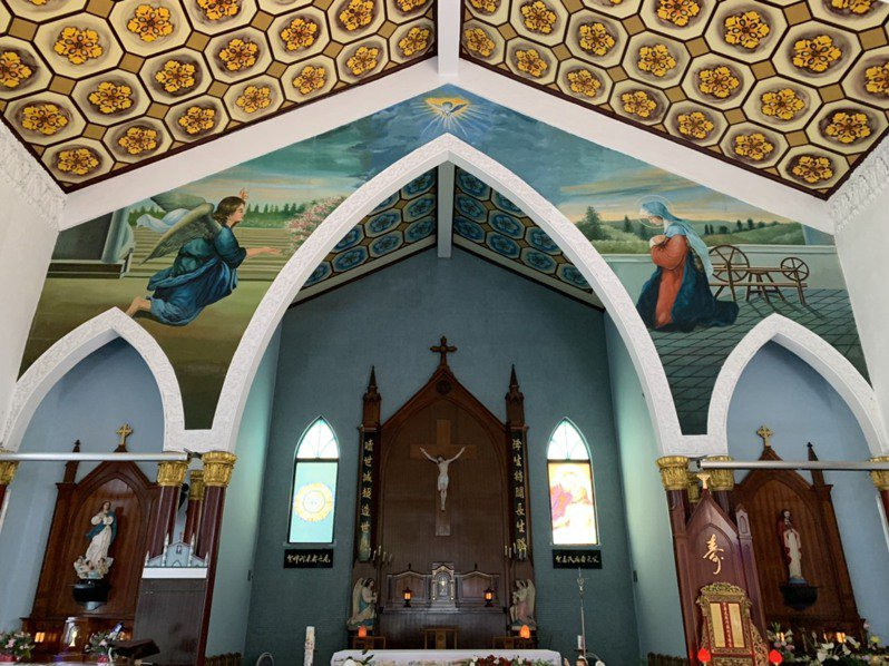 北成天主堂內部有幅教友繪製的聖母壁畫。記者林佳彣/攝影