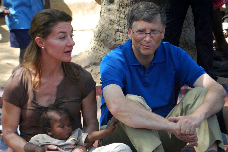 圖為蓋茲和梅琳達2011年訪視印度比哈爾邦,兩人表示,離婚後仍將持續基金會運作。法新社