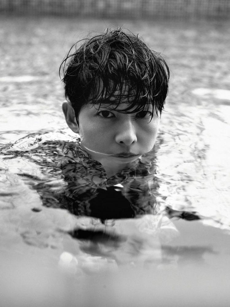 宋仲基在泳池裡拍攝的照片,洋溢度假風情。圖/取自gqkorea.co.kr