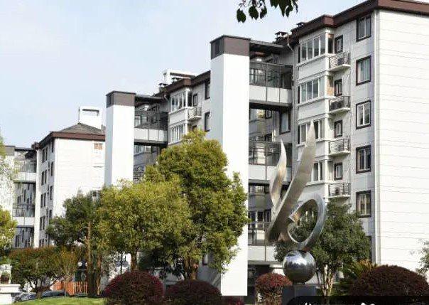 有一千八百多戶的杭州臨安區碧桂苑社區,安置了114座「公交電梯」。圖/取自錢江晚報.小時新聞