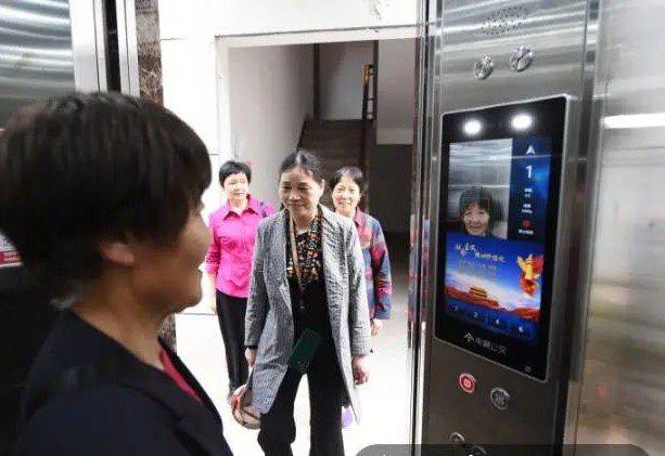 住戶用刷臉方式進入電梯並自動扣款。圖/取自錢江晚報.小時新聞