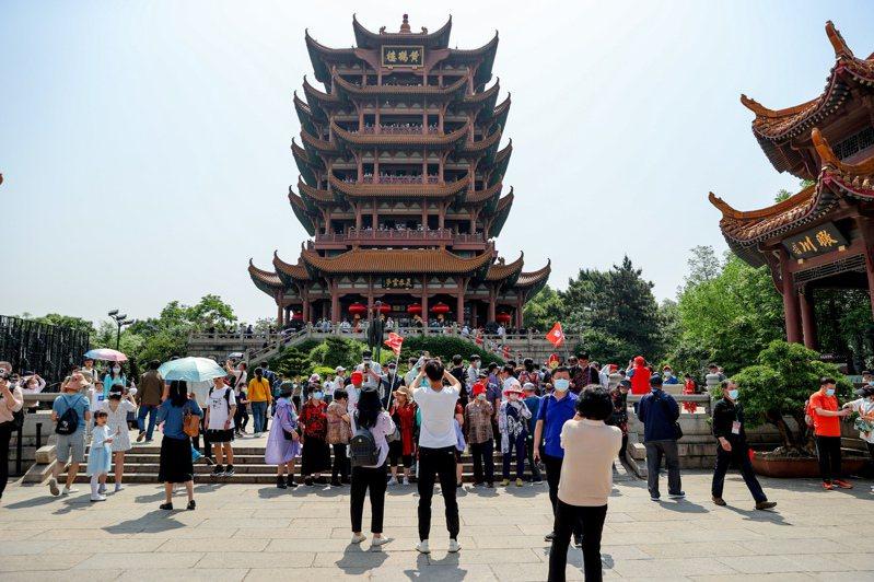 武漢與其他八個城市首次簽署同城化發展合作框架協議,圖為武漢黃鶴樓的遊客。(中新社)