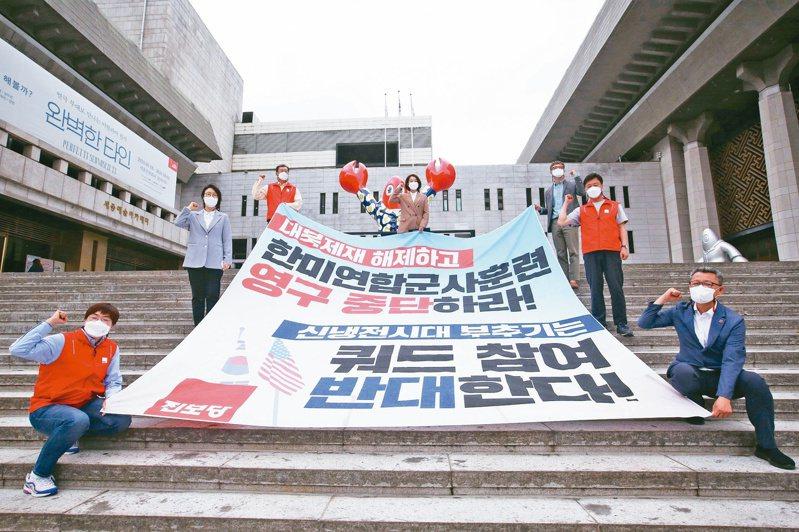 美韓峰會登場前夕,有南韓民眾廿日在首爾美國大使館附近抗議美國的北韓政策。(美聯社)