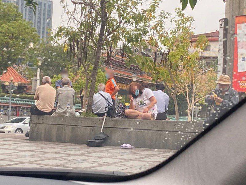 民眾路過龍山寺附近,發現不少叔伯阿姨群聚,且未將口罩戴好。 圖╱翻攝自爆怨2公社