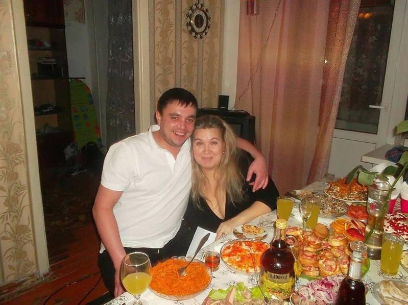 Tatyana O和丈夫吵架後,竟坐在對方頭上。(Tatyana O社群媒體圖片)