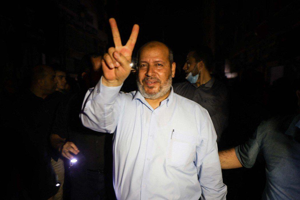 圖為5月21日,哈馬斯資深成員Khalil al-Haya比起勝利手勢,和當地人...