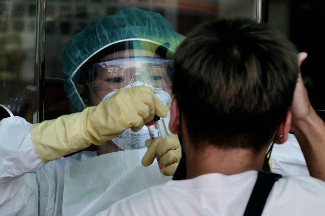 5月19日,臺大醫院公告,因有員工確診,即日起停止所有常規手術、新病人入院等。 圖/法新社