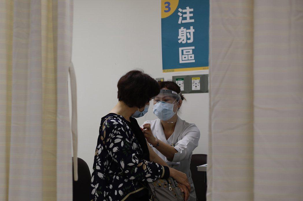 在這波本土疫情之前,人力本就相當缺乏的護理部門,幾乎沒有聽說有同仁實際申請過疫苗接種假。 圖/歐新社