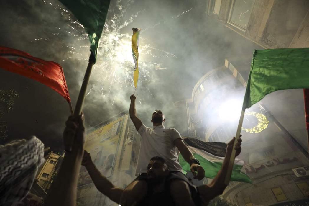 圖為上街慶祝停火的巴勒斯坦人。 圖/法新社