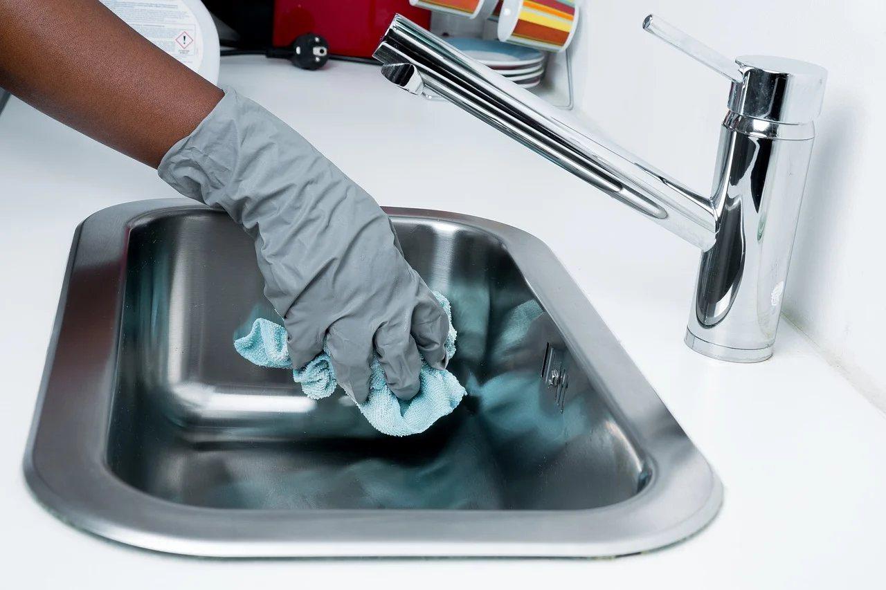 皂垢通常出現在淋浴間、洗手台、浴室鏡子上等處,有專用的清潔劑可供使用。 圖/pi...