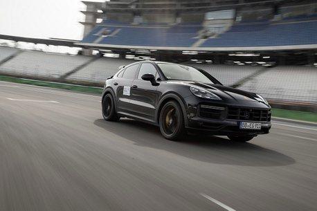 保時捷Cayenne全新高性能車款偽裝曝光!拉力賽傳奇車手Walter Rohrl親自實測