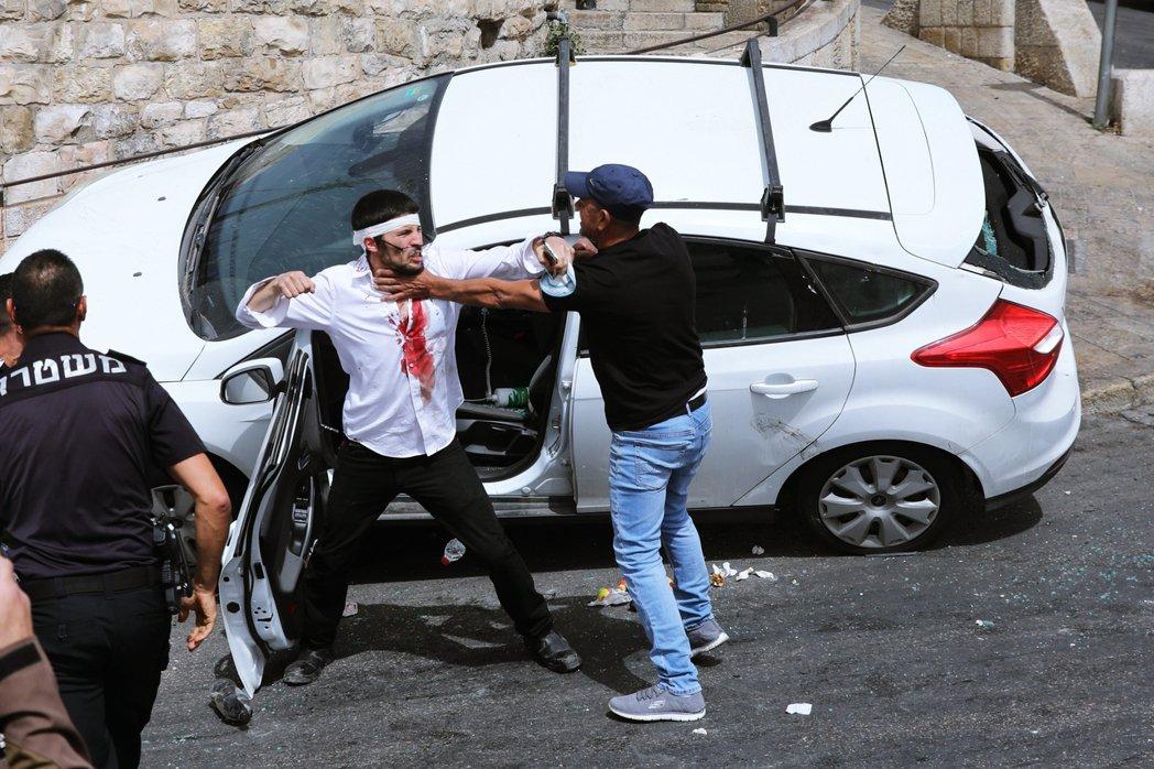 圖為5月10日的耶路撒冷舊城,當時巴勒斯坦人與一位在獅子門發生車禍的猶太人(中)...