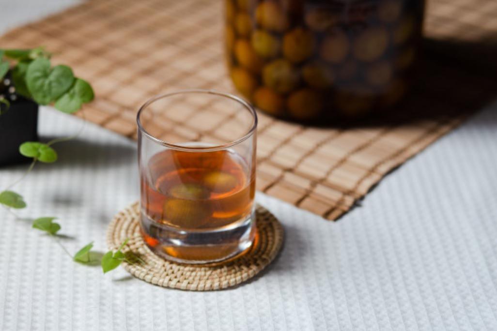 經過時間的沈澱,退卻了梅子的青澀與酸苦,轉化為梅酒的甘甜。 圖/freepik