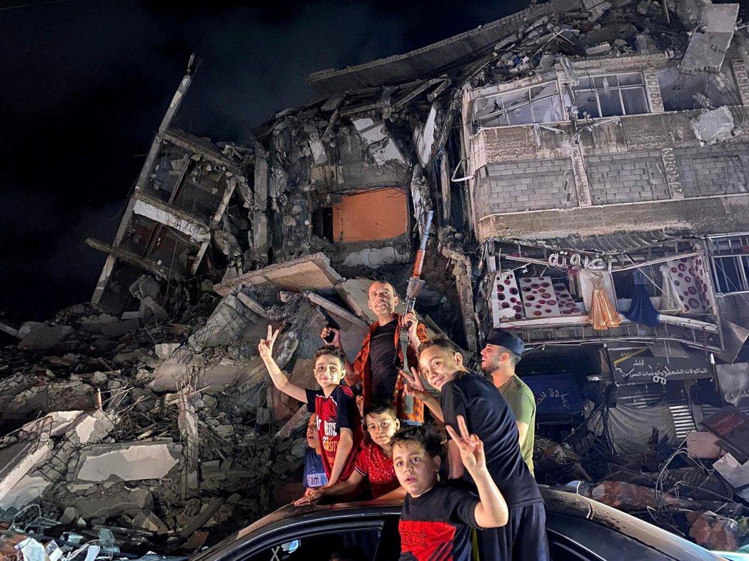以色列和巴勒斯坦在5月21日達成停火協議,圖為在加薩慶祝此好消息的巴勒斯坦家庭。...
