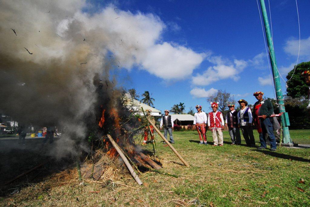 2015年12月,台東市卑南族巴布麓部落昨升狼煙聲援王光祿。 圖/聯合報系資料照