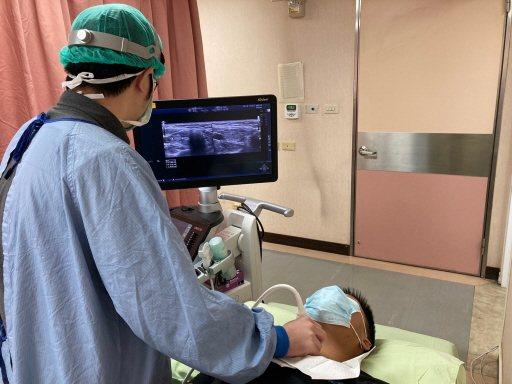 耳鼻喉科主治醫師李尚儀為患者進行超音波檢查,確認甲狀腺狀況。 圖/南投醫院提供