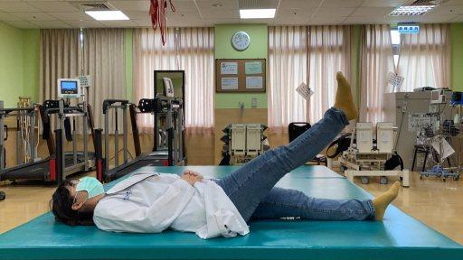 抬腳運動:平躺收縮腹部肌肉,抬起單腳,直至大腿有痠楚感,停留10秒,放下換另一腳...
