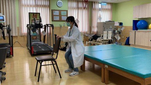 微蹲肌力訓練:扶椅子曲膝,膝蓋不得超過腳尖,再站起來。 圖/物理治療師陳立慈示範...