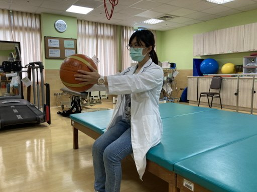 舉前臂:雙手合掌拿籃球向前伸,再慢慢將球舉到肩膀高度。 圖/物理治療師陳立慈示範...
