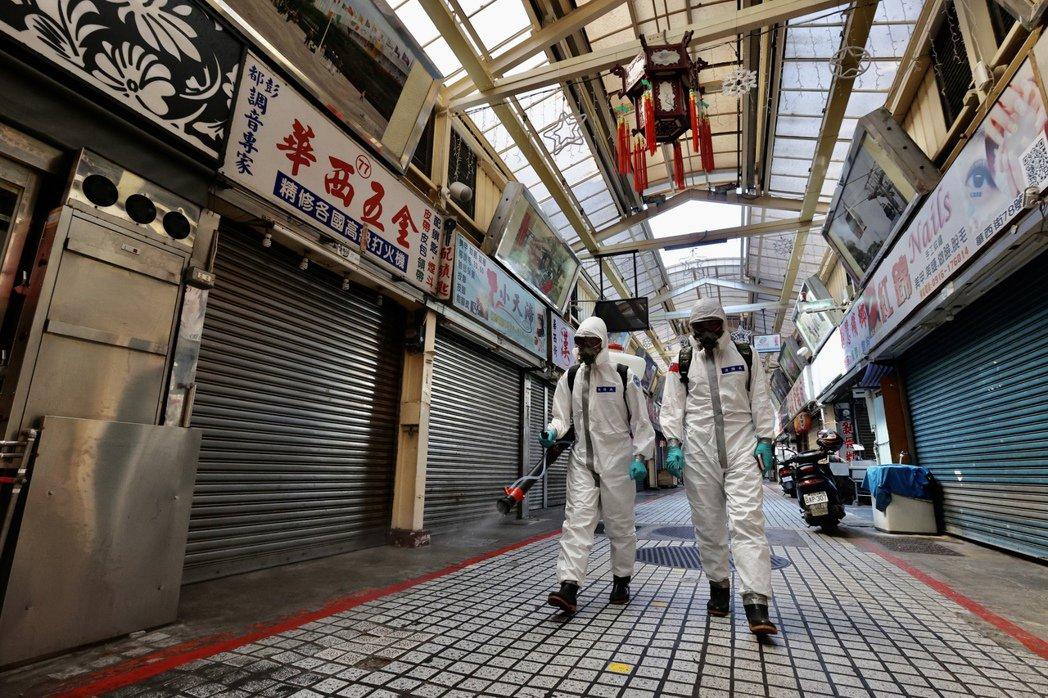 萬華茶室出現群聚感染後,5月中旬化學兵在萬華全區進行第二波全面大消毒。 圖/聯合報系資料照