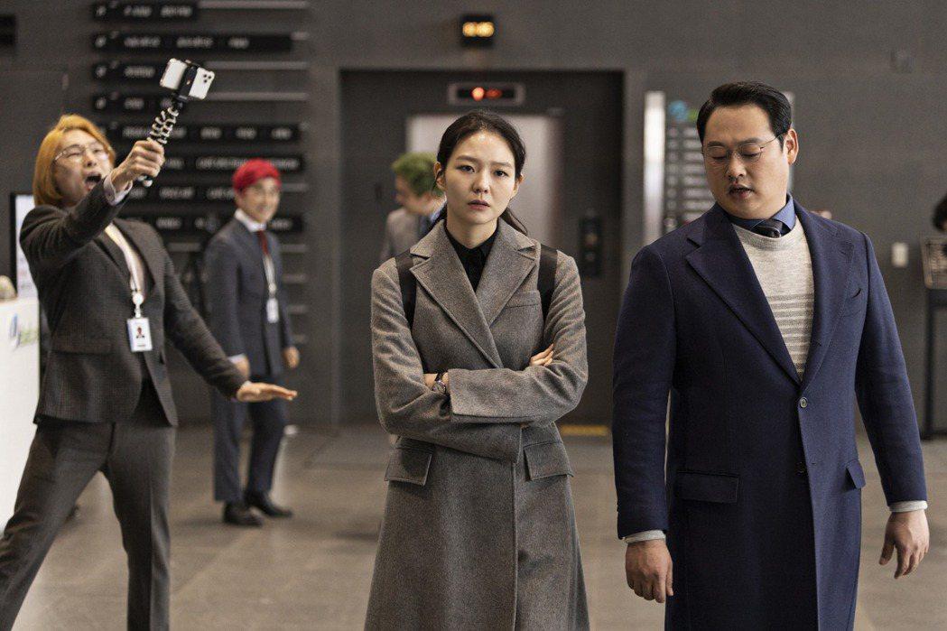 李絮(中)飾演檢察官。圖/friday影音提供