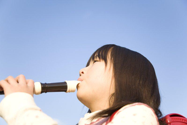 一名家長聽見家中就讀國小的孩子,在家視訊上音樂課吹直笛,崩潰直呼「簡直是惡夢」。 示意圖/ingimage