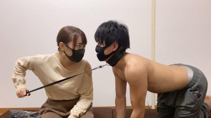 日本一對情侶抖M君和Ayumi,靠著在網路販售自拍「啪啪啪」影片賺錢。圖/取自推特