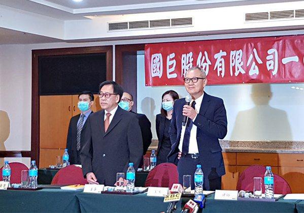 國巨董事長陳泰銘(右)力圖轉型。圖/毛凱恩攝影