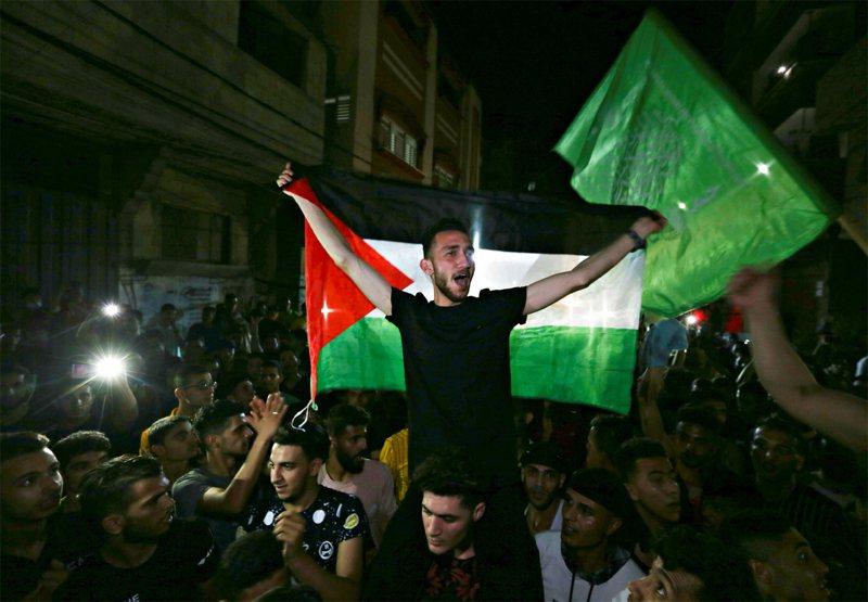 以巴停火,巴勒斯坦人民上街慶祝。路透