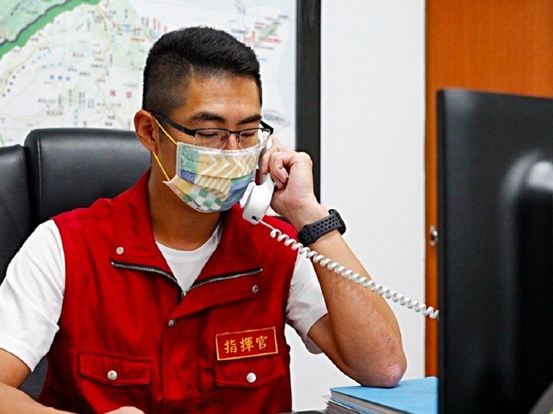 金山區長廖武輝利用全區廣播系統,上午、下午各一次,國台語雙聲道,提醒民眾外出要佩戴口罩。 圖/紅樹林有線電視提供