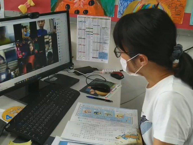 淡水區鄧公國小除了視訊教學外,教師更編製教學課表,還有製作教材影片。 圖/紅樹林有線電視提供